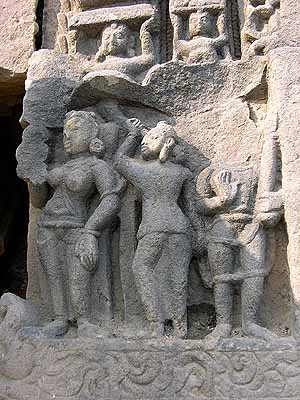 8th-9th century, Bateshwara, Morena, Madhya Pradesh<br>Figure in the centre wearing exactly in lungi style. On its right, the usual mode.